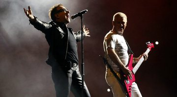 None - Bono e Adam Clayton, do U2 (Foto: Alexandre Meneghini/AP Images)