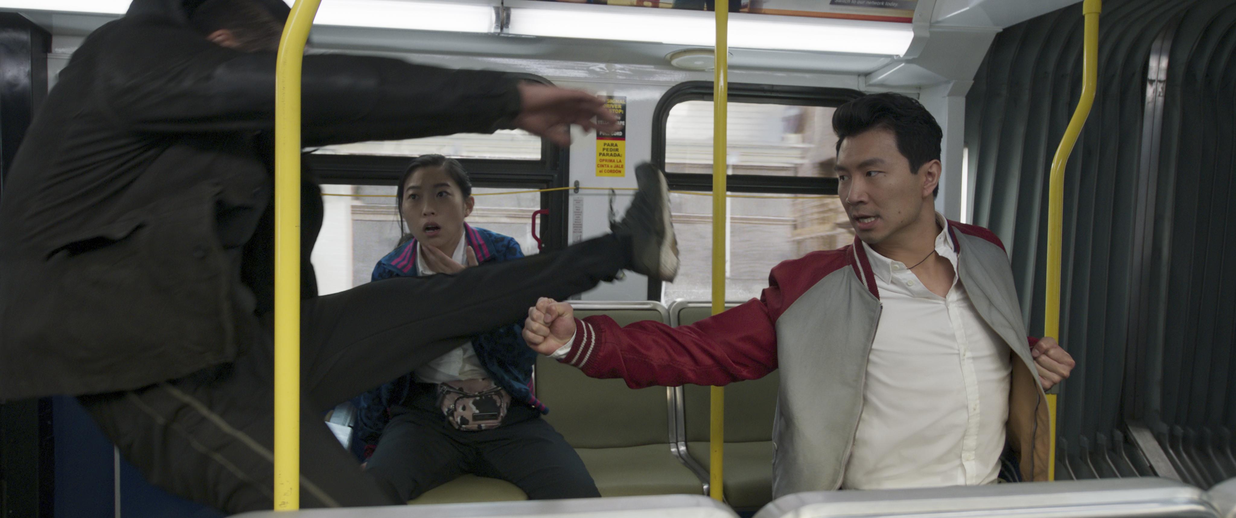 shang-chi lutando em um onibus