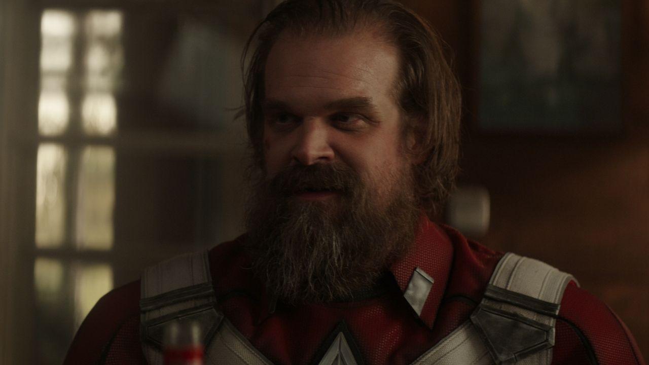alexei com uniforme do guardião vermelho sorrindo em cena de viúva negra