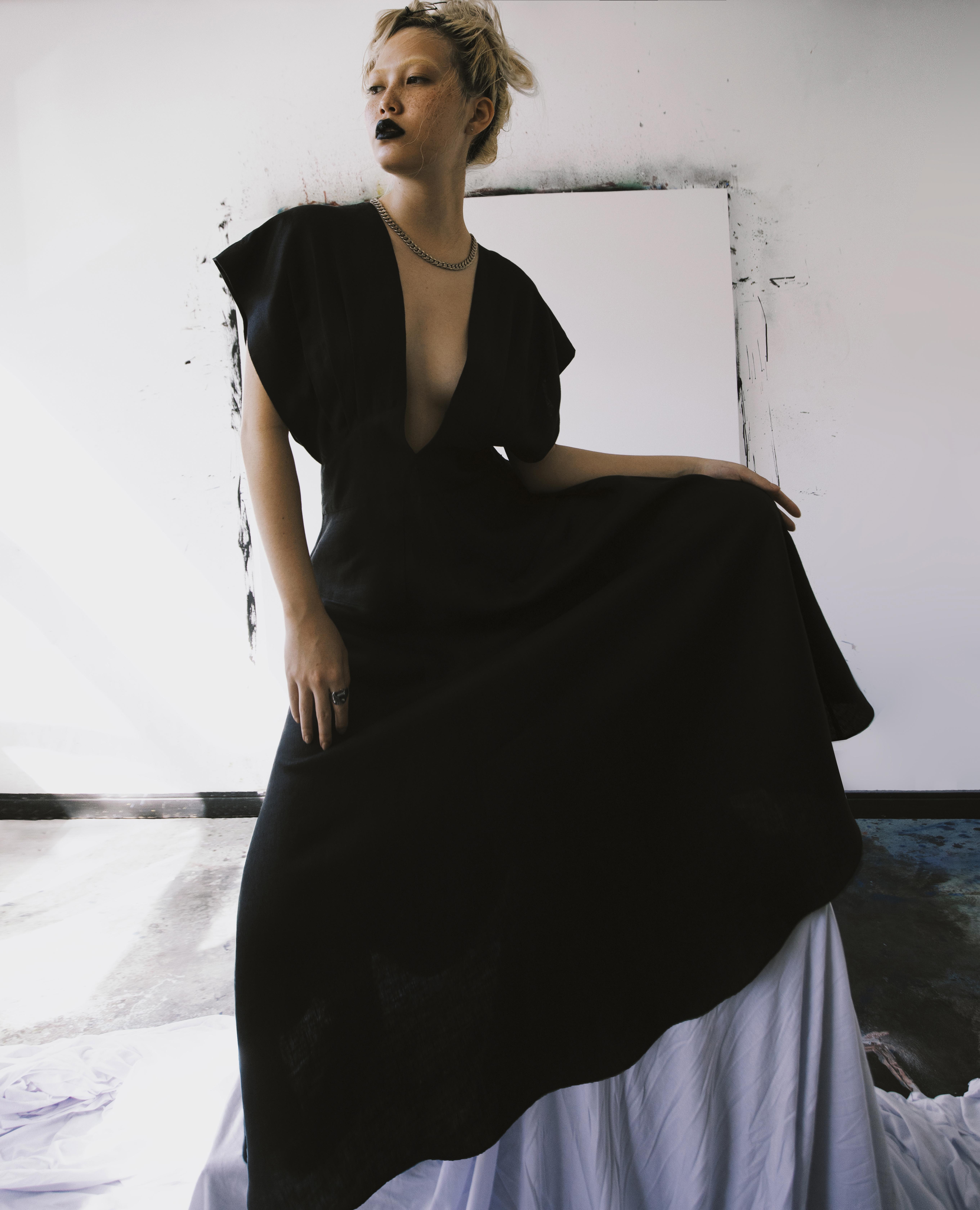 modelo vestindo macacão preto com fundo branco