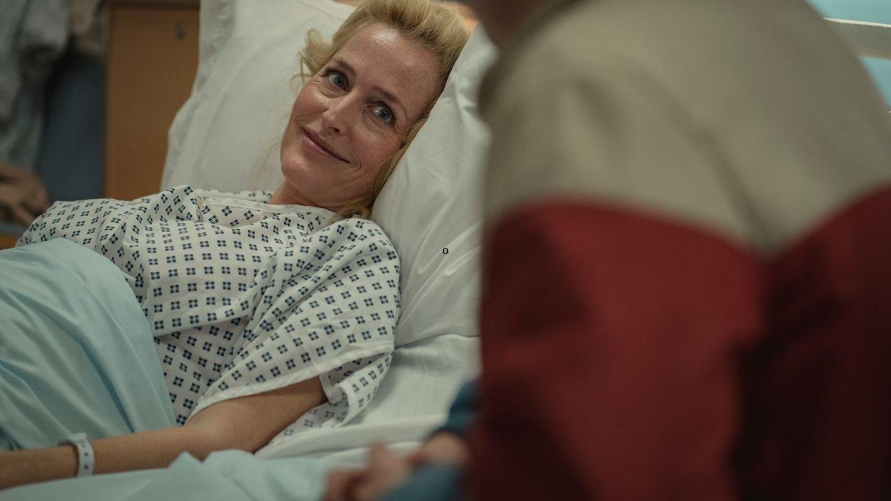 jean deitada na cama do hospital em cena de sex education