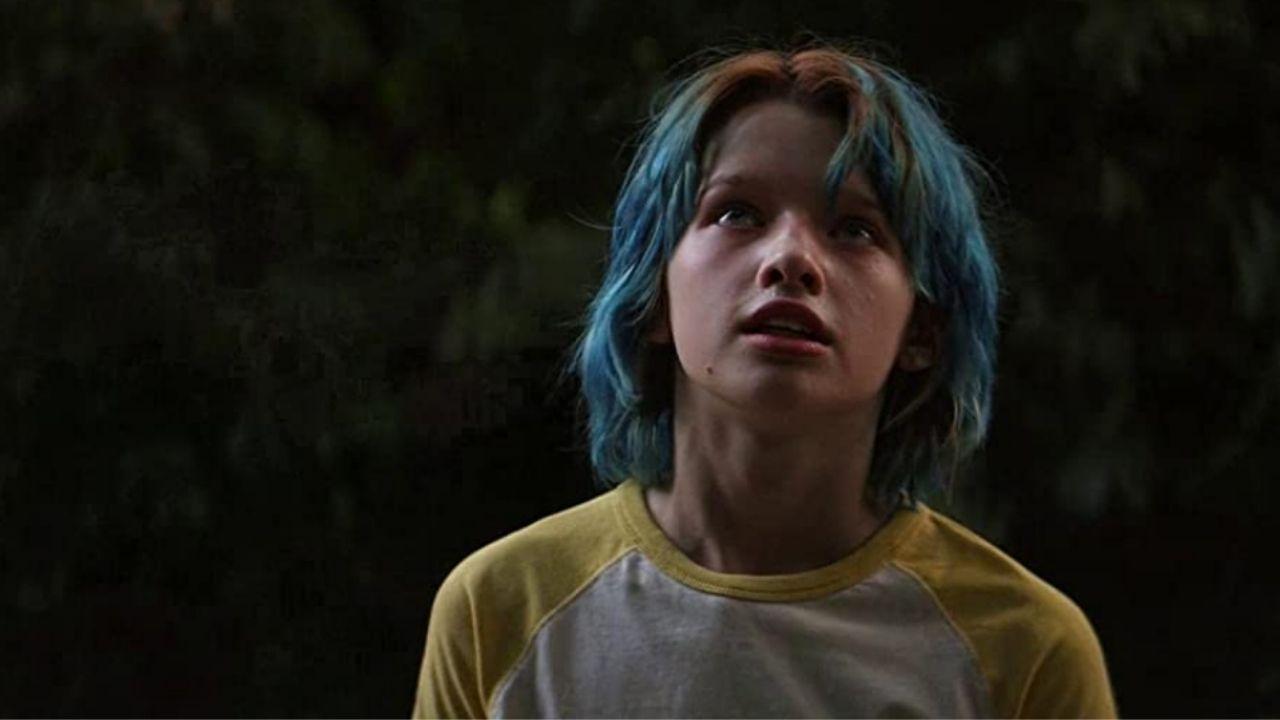 natasha jovem com cabelo azul olhando para cima em viúva negra