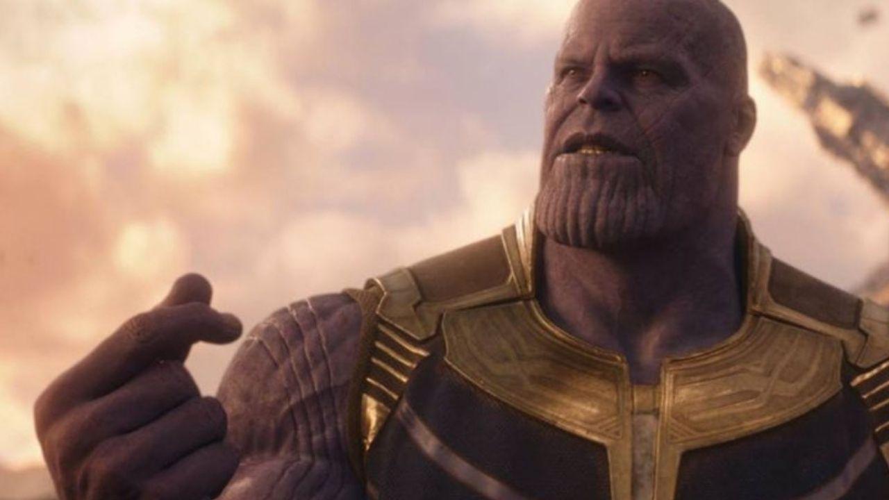 Thanos estala os dedos da mão direita.