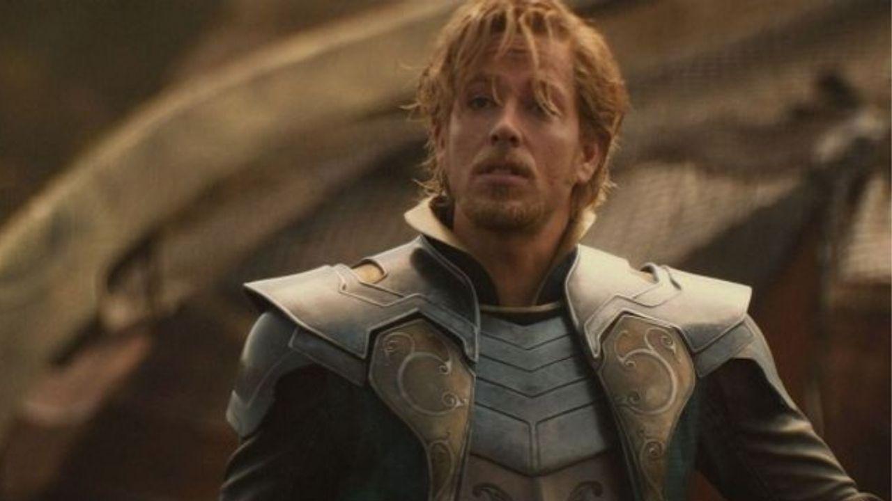 Zachary com Fandral usando armadura prateada e dourada.